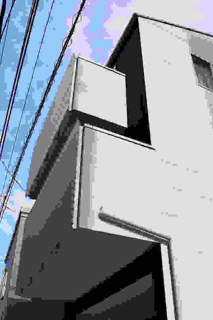 西面見上げ モダンな 家 の uedA一級建築士事務所 モダン