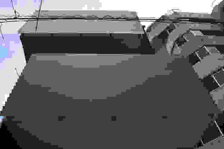 バルコニー見上げ モダンな 家 の uedA一級建築士事務所 モダン