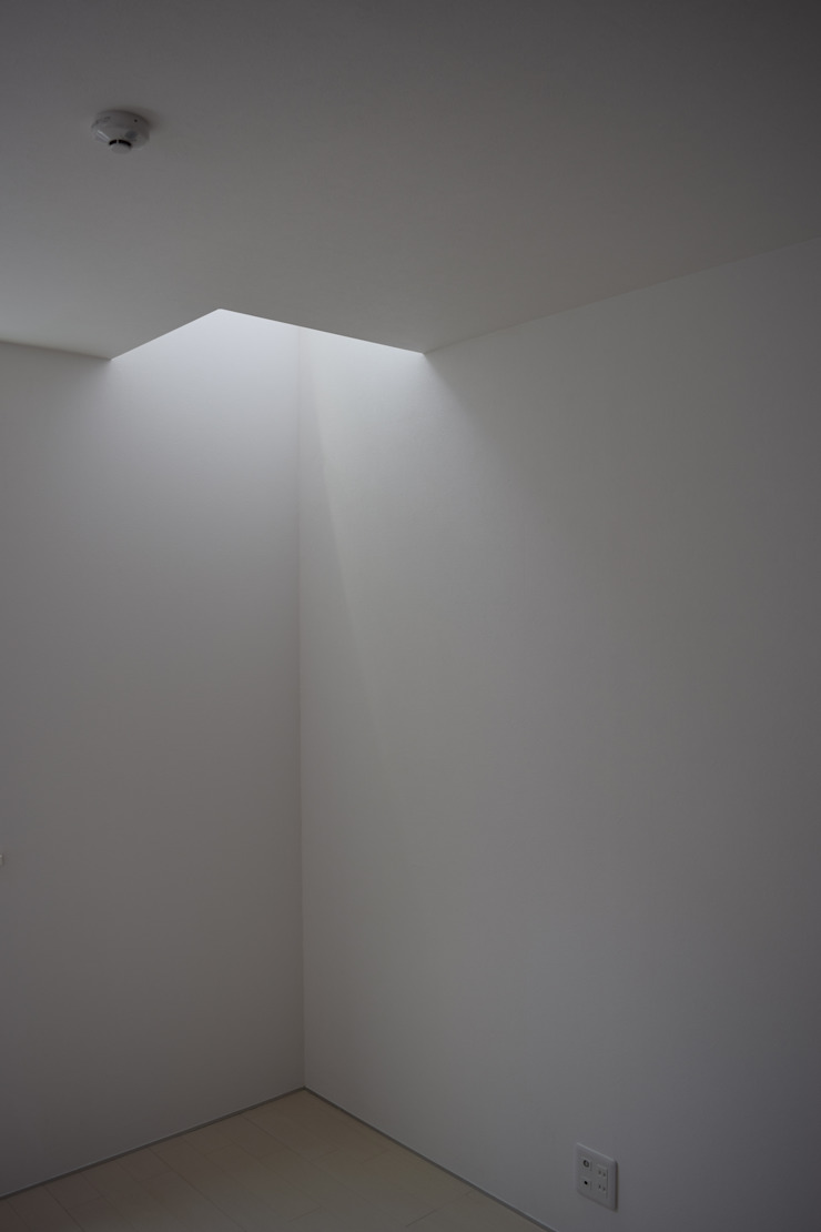 洋室 モダンスタイルの寝室 の uedA一級建築士事務所 モダン