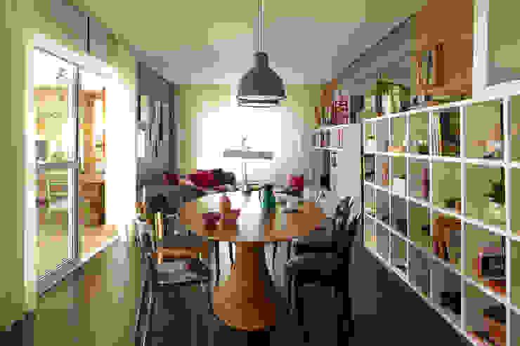 Ruang Keluarga Modern Oleh Lovisaro Arquitetura e Design Modern