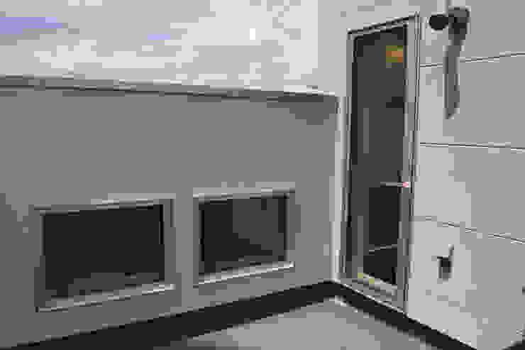 ルーフバルコニー モダンデザインの テラス の uedA一級建築士事務所 モダン