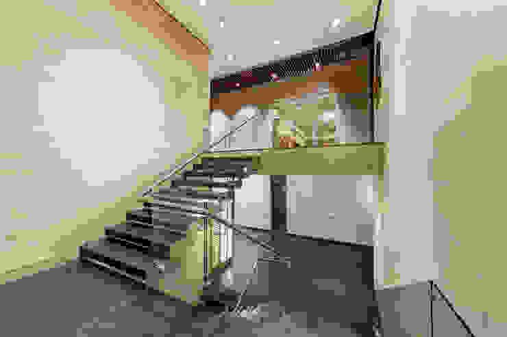 Corredores, halls e escadas minimalistas por grupoarquitectura Minimalista
