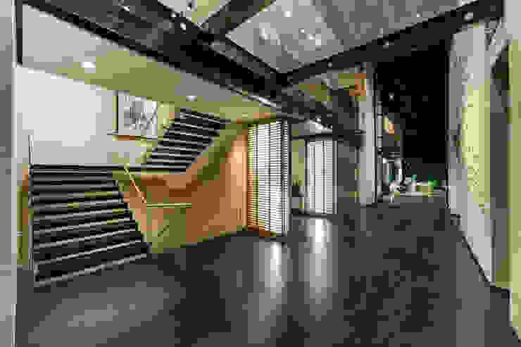 Minimalist corridor, hallway & stairs by grupoarquitectura Minimalist
