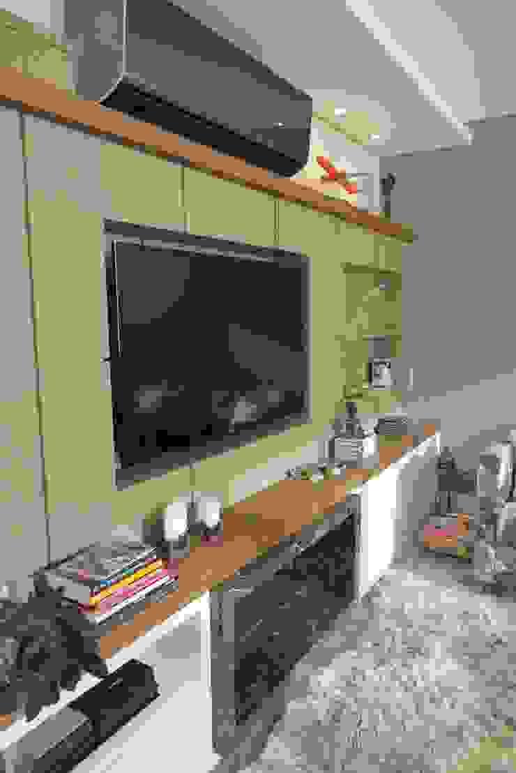 Móvel tv e lareira Salas de estar modernas por Paula Szabo Arquitetura Moderno