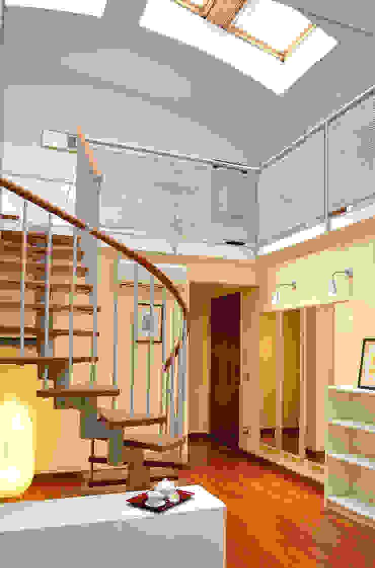 Couloir, entrée, escaliers modernes par Valtorta srl Moderne
