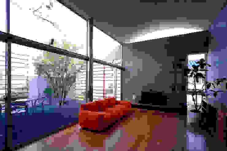 コートハウスのリビング ミニマルデザインの リビング の 土居建築工房 ミニマル
