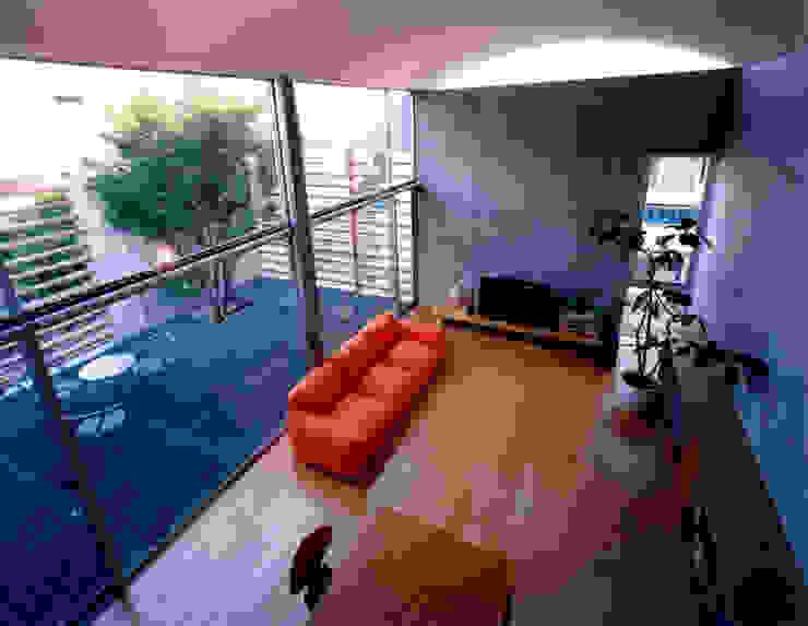 コートハウス ロフトから見る ミニマルデザインの リビング の 土居建築工房 ミニマル