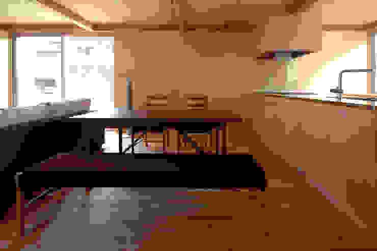 Salas de jantar modernas por 土居建築工房 Moderno