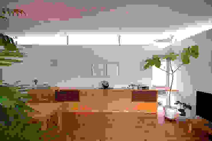 コートハウス2のダイニング モダンデザインの リビング の 土居建築工房 モダン