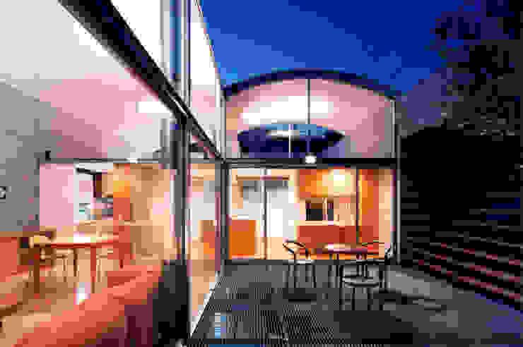 コートハウスの夜景 ミニマルデザインの テラス の 土居建築工房 ミニマル