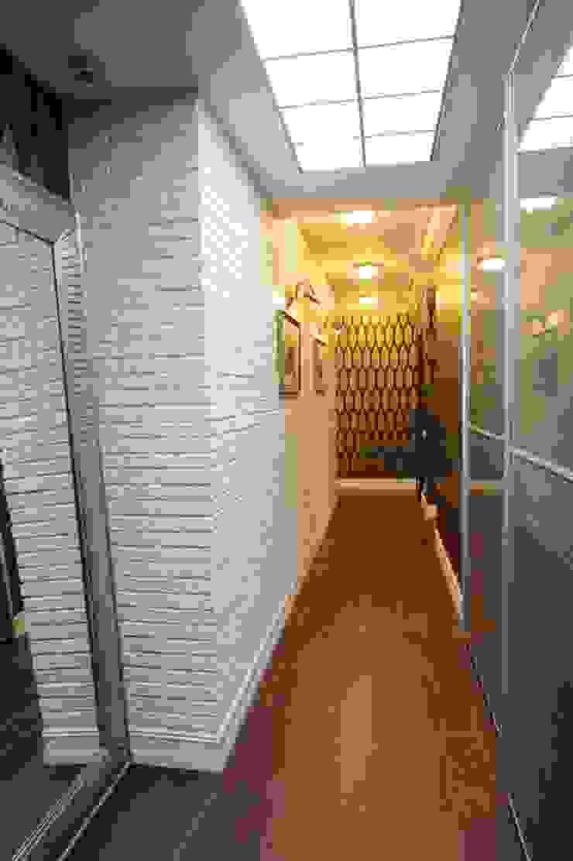 Квартита в ЖК <q>Смоленская застава</q>. Коридор, прихожая и лестница в эклектичном стиле от Tedderson Эклектичный