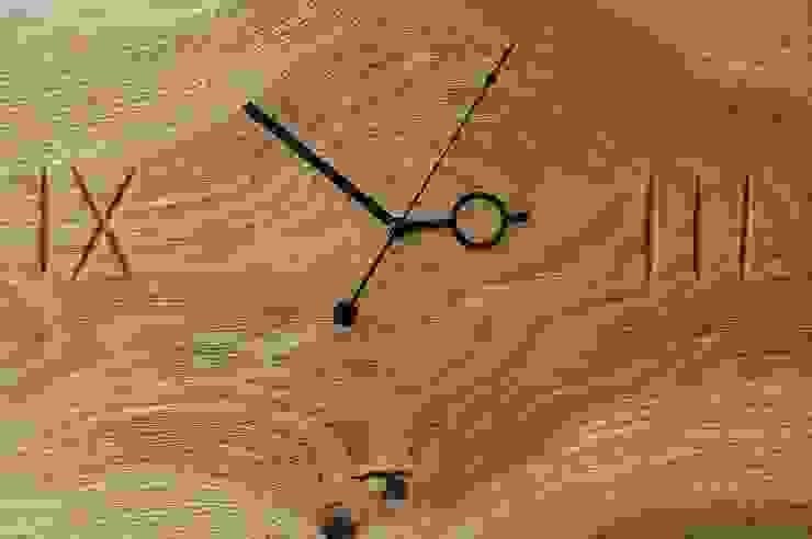 Zegar z dębu szczotkowanego i olejowanego od Meble Autorskie Jurkowski Minimalistyczny