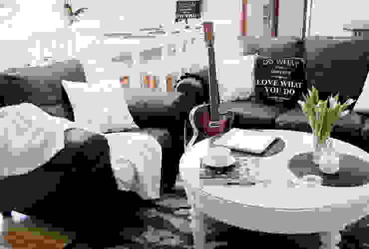 DOM W STYLU FRANCUSKIEJ WERANDY W WESOŁEJ: styl , w kategorii Salon zaprojektowany przez YNOX Architektura Wnętrz,Skandynawski