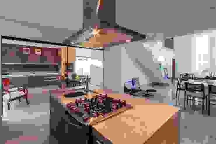 Cozinha espaçosa e integrada โดย Tony Santos Arquitetura มินิมัล