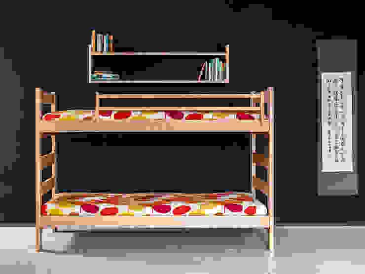 Litera infantil de madera con cabezales altos en la cama superior y baldas de Haiku-Futon Minimalista