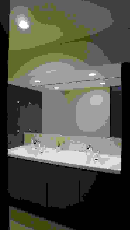 家族ひとりひとりのライフスタイルが意識された洗面スぺース モダンスタイルの お風呂 の 株式会社スター・ウェッジ モダン