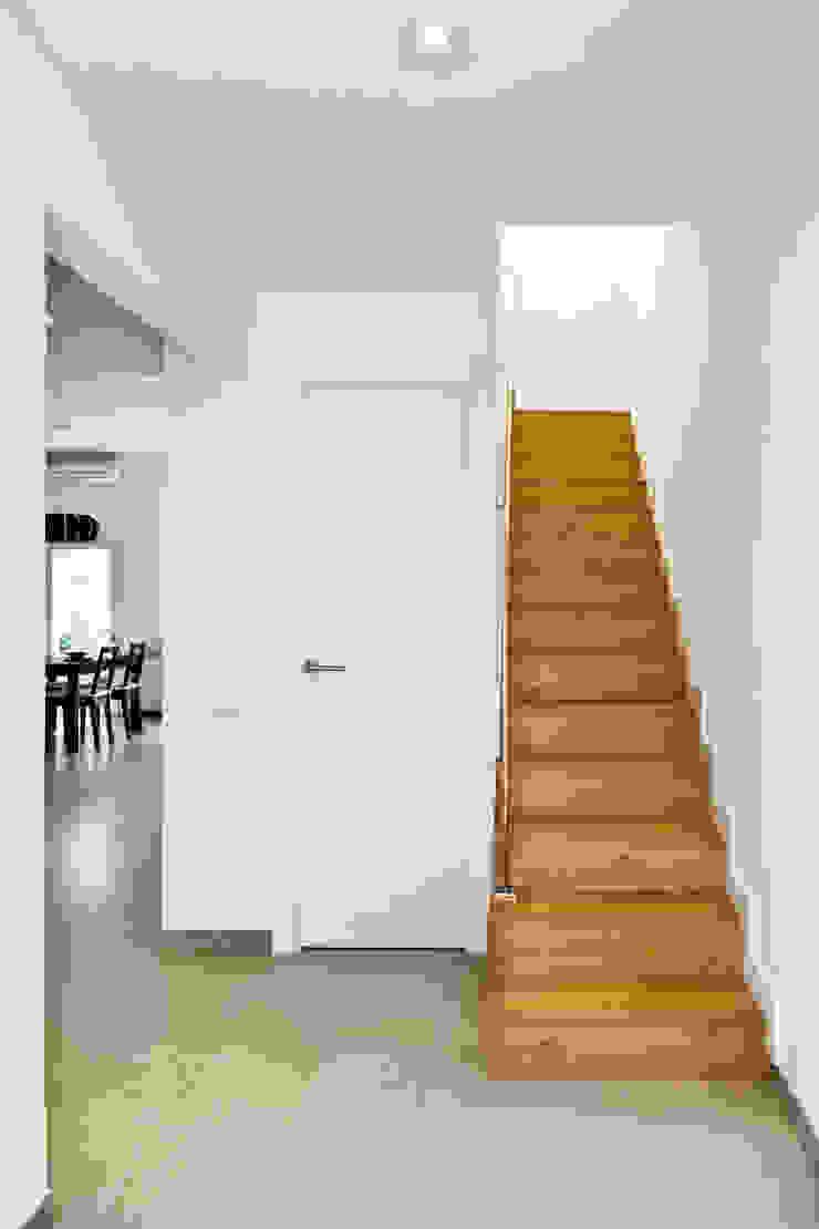 Escalera de madera Pasillos, vestíbulos y escaleras de estilo mediterráneo de GPA Gestión de Proyectos Arquitectónicos ]gpa[® Mediterráneo