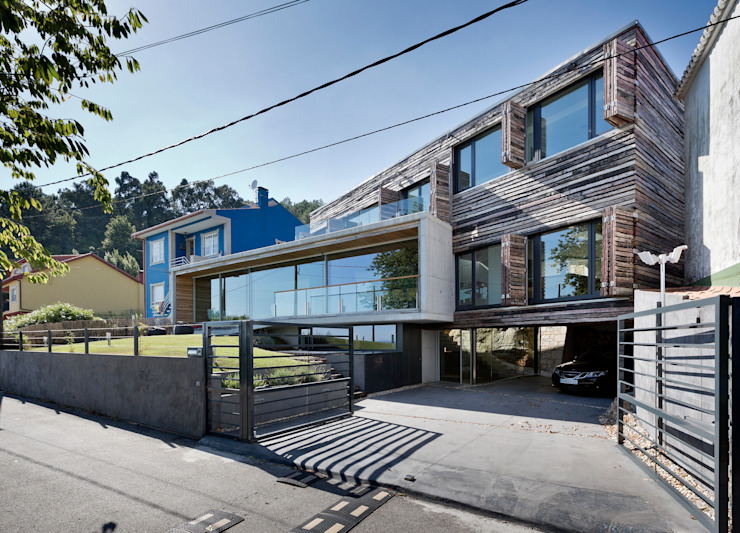 dezanove house designed by iñaki leite - opened shutters モダンな 家 の Inaki Leite Design Ltd. モダン