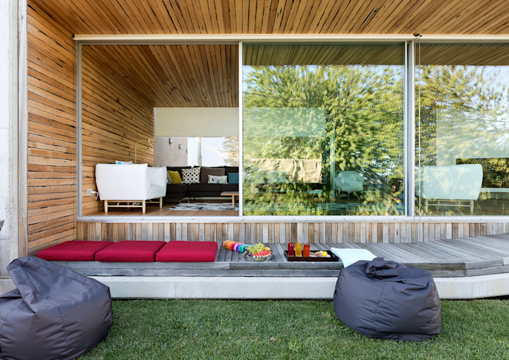 dezanove house designed by iñaki leite - view to the living Inaki Leite Design Ltd. Puertas y ventanas de estilo moderno
