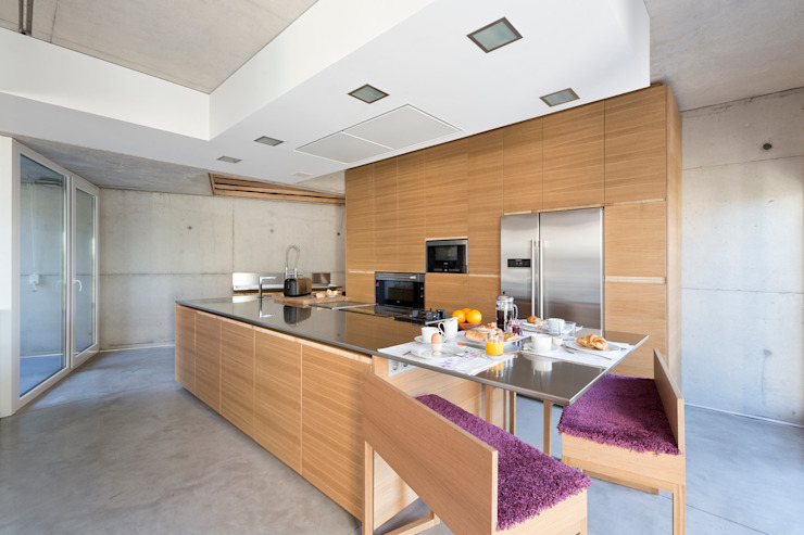 dezanove house designed by iñaki leite - kitchen por Inaki Leite Design Ltd. Moderno