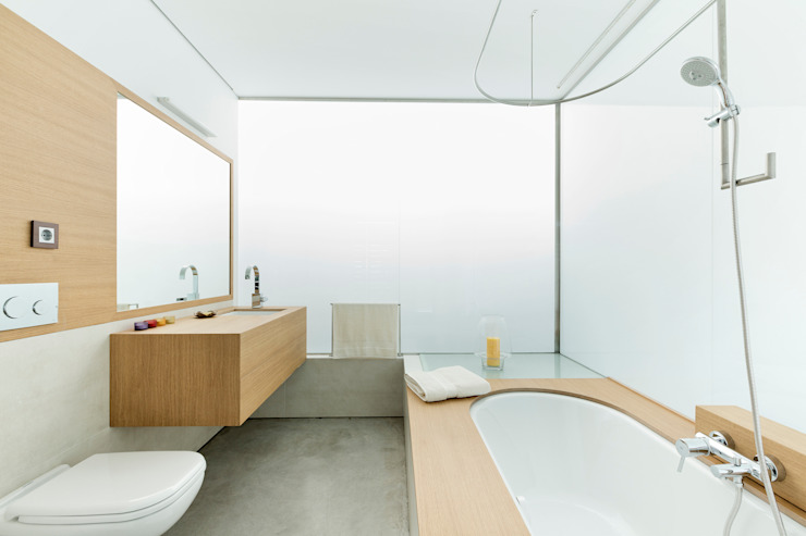 dezanove house designed by iñaki leite - family bathroom on first floor Minimalist style bathroom by Inaki Leite Design Ltd. Minimalist