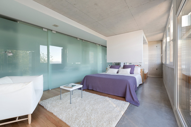 dezanove house designed by iñaki leite - master bedroom with ensuite Inaki Leite Design Ltd. Chambre moderne