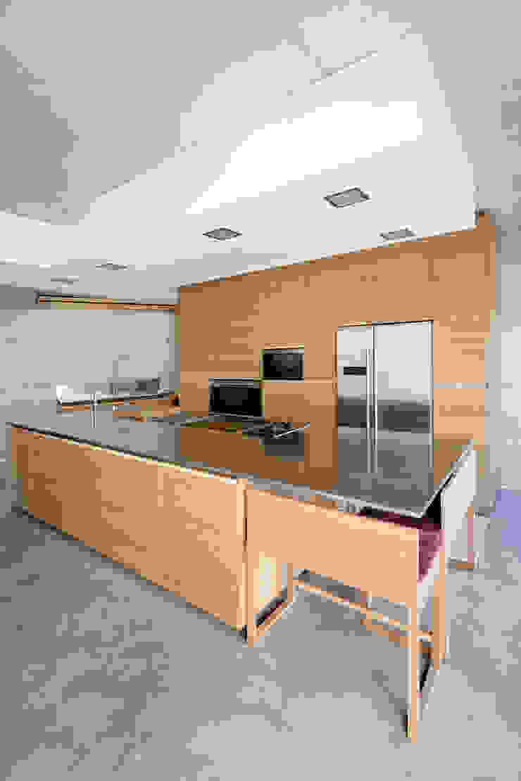 dezanove house designed by iñaki leite - Modern Kitchen by Inaki Leite Design Ltd. Modern