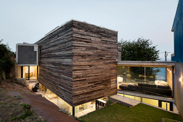 dezanove house designed by iñaki leite - rear view of the house: Casas de estilo  de Your Architect London, Moderno