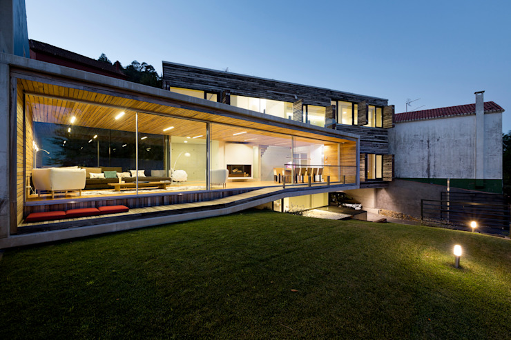 dezanove house designed by iñaki leite - front view at twilight por Inaki Leite Design Ltd. Moderno