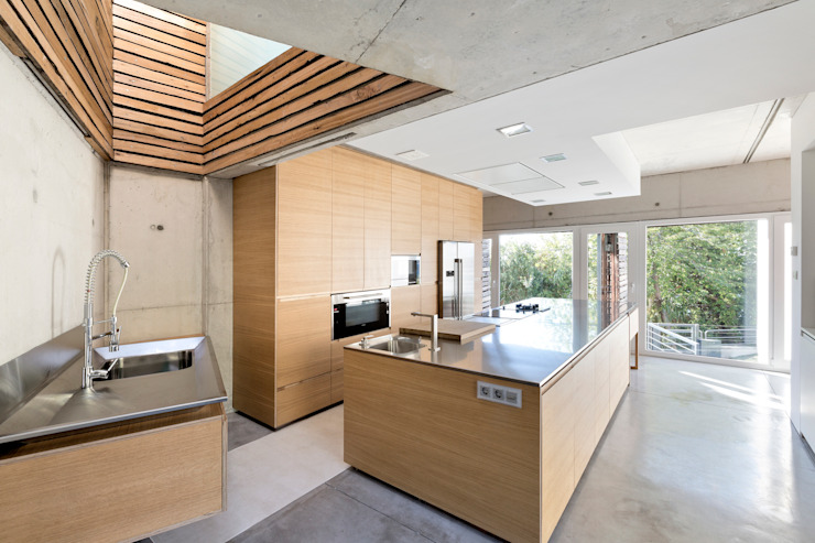 kitchen units at dezanove house designed by iñaki leite - Modern kitchen by Inaki Leite Design Ltd. Modern