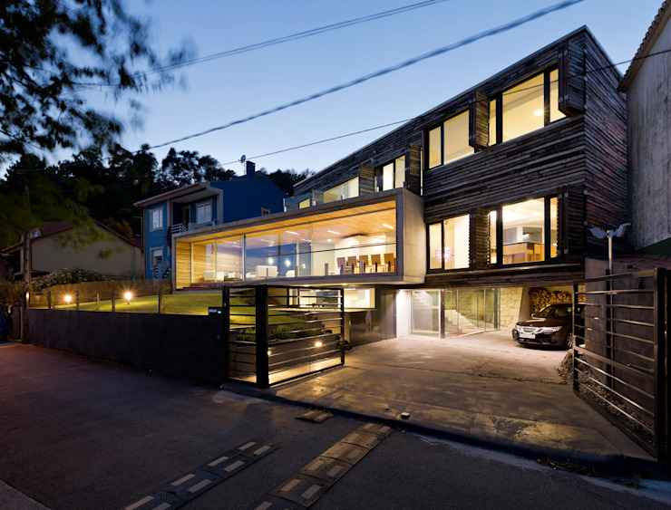 dezanove house designed by iñaki leite - front view at twilight Inaki Leite Design Ltd. Jardin moderne