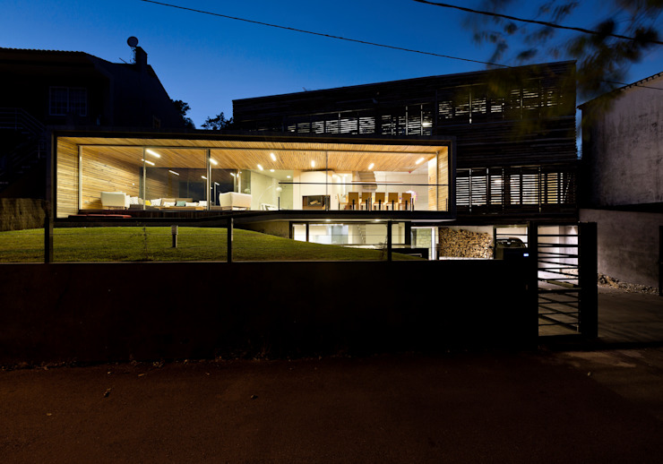dezanove house designed by iñaki leite - front elevation at twilight Inaki Leite Design Ltd. Salon moderne