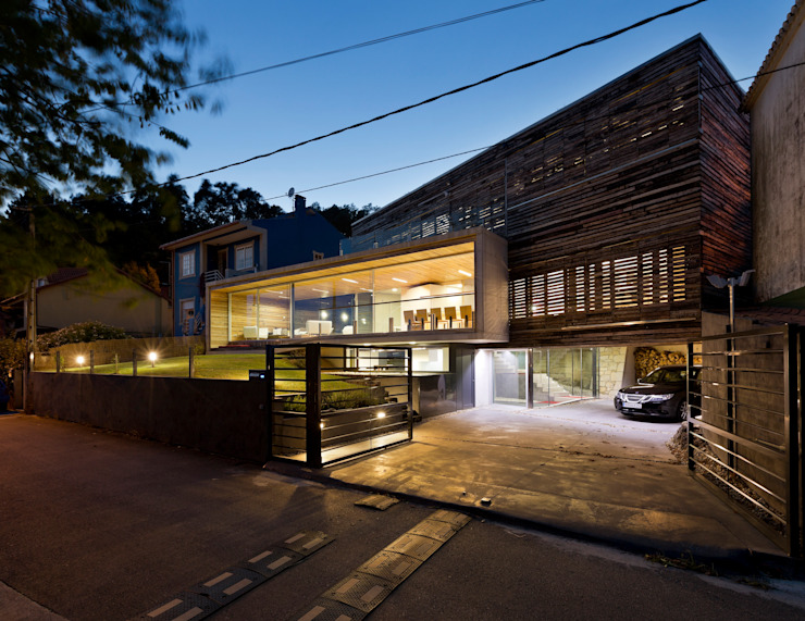 dezanove house designed by iñaki leite - front view at twilight Garagens e arrecadações modernas por Inaki Leite Design Ltd. Moderno