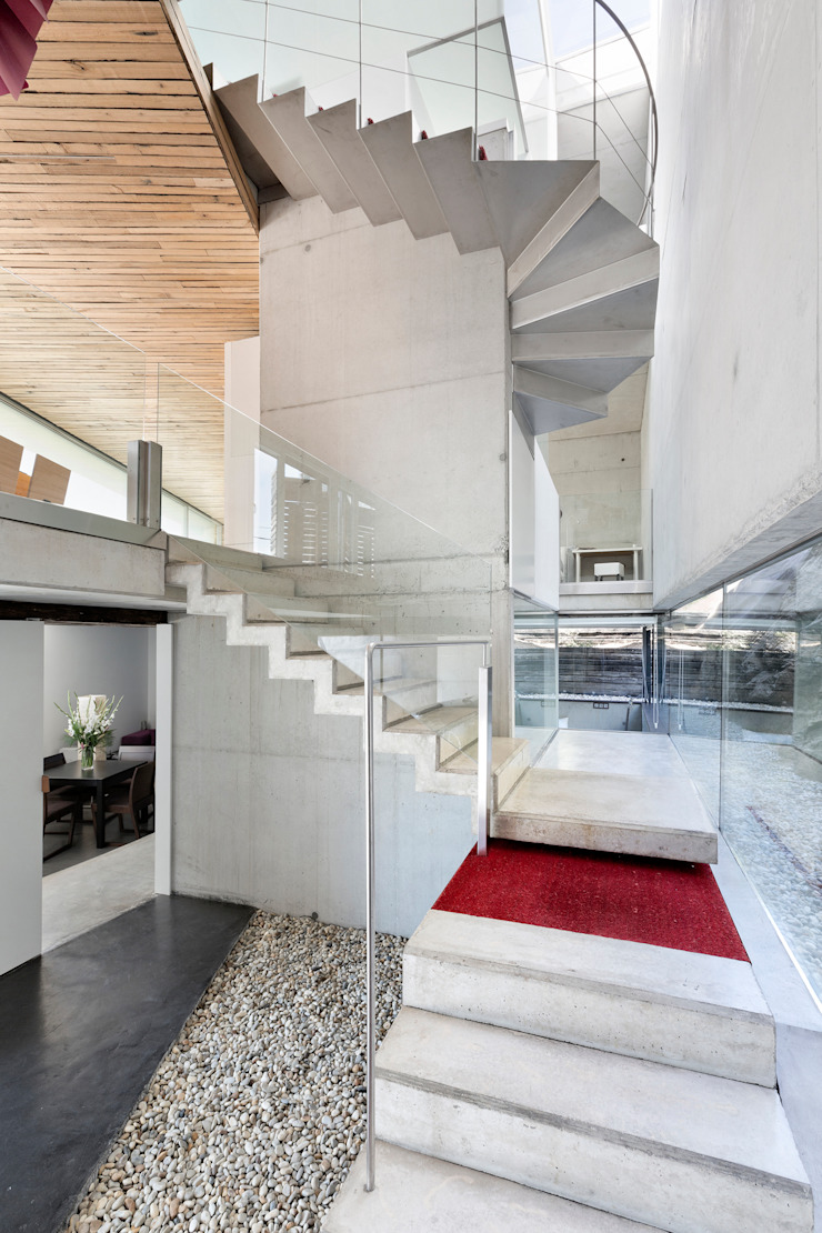 dezanove house designed by iñaki leite - stairs Inaki Leite Design Ltd. Couloir, entrée, escaliers modernes