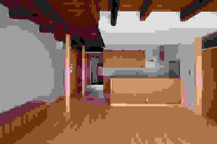 リビングからキッチンを見る クラシックデザインの キッチン の アトリエ・ブリコラージュ一級建築士事務所 クラシック