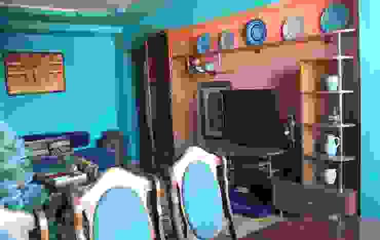 Медиатека. Полку над телевизором украшают тарелки в восточном стиле, привезенные из Турции и Армении. Гостиные в эклектичном стиле от L'Essenziale Home Designs Эклектичный