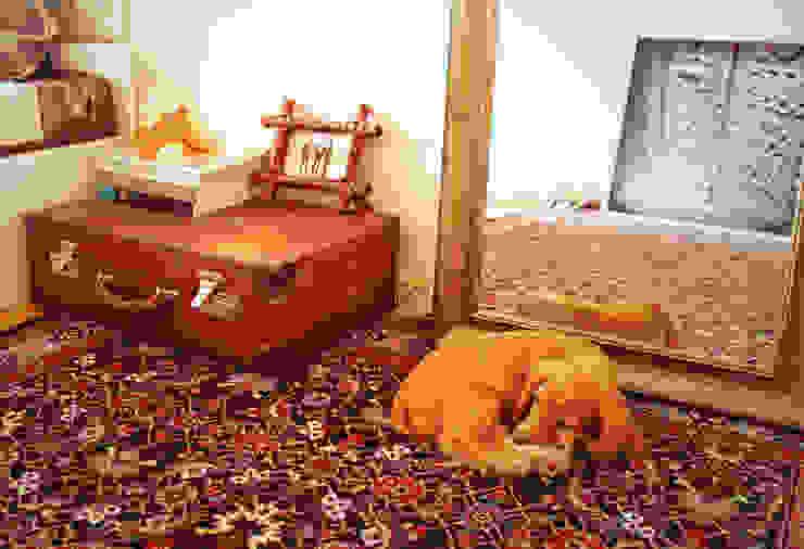 Винтажный чемодан вместо прикроватной тумбочки:  в . Автор – L'Essenziale Home Designs, Эклектичный