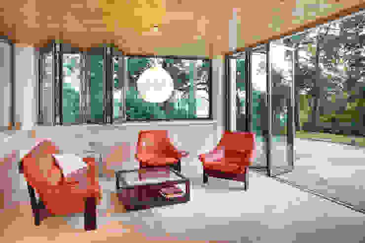 Glas-Faltwand - teilgeöffnet mit Blick zum See von Solarlux GmbH Landhaus