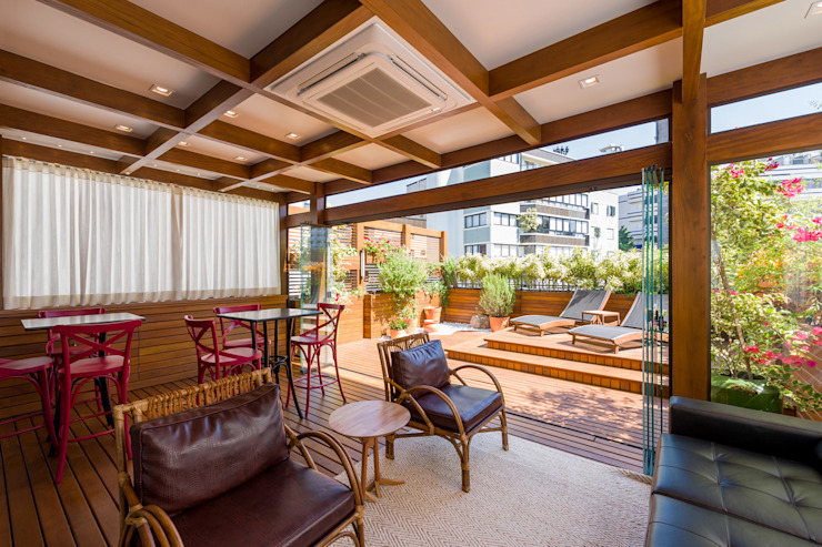 Balcones y terrazas de estilo moderno de Plena Madeiras Nobres Moderno