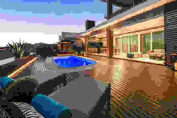 Modern pool by Plena Madeiras Nobres Modern