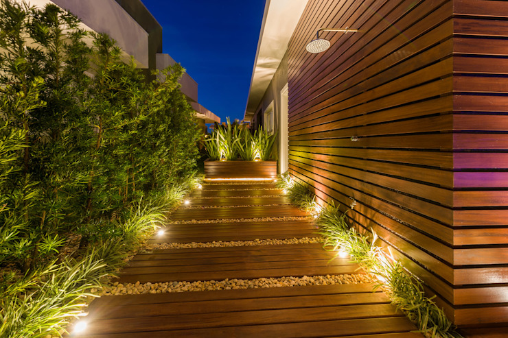 Pasillos, vestíbulos y escaleras modernos de Plena Madeiras Nobres Moderno