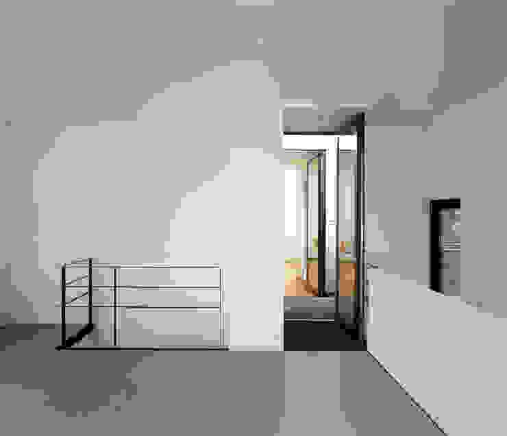 Corredores e halls de entrada  por DFZ Architekten,