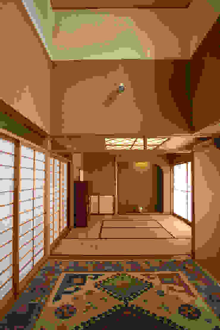 リビング (和室と連続) モダンデザインの リビング の 吉田設計+アトリエアジュール モダン