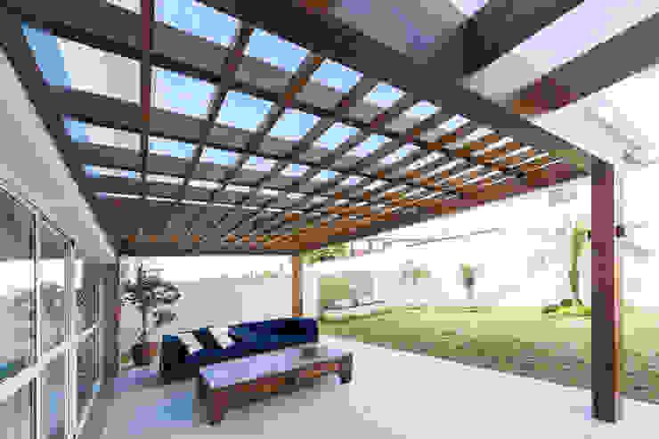 Hiên, sân thượng phong cách hiện đại bởi Plena Madeiras Nobres Hiện đại