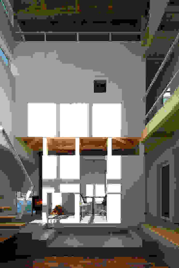 吹き抜け空間 モダンデザインの リビング の 一級建築士事務所 Atelier Casa モダン