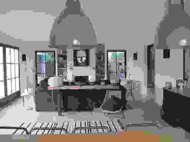Une maison de 220 m2 à l'île de Ré Salon moderne par raphaelle levet decoration Moderne
