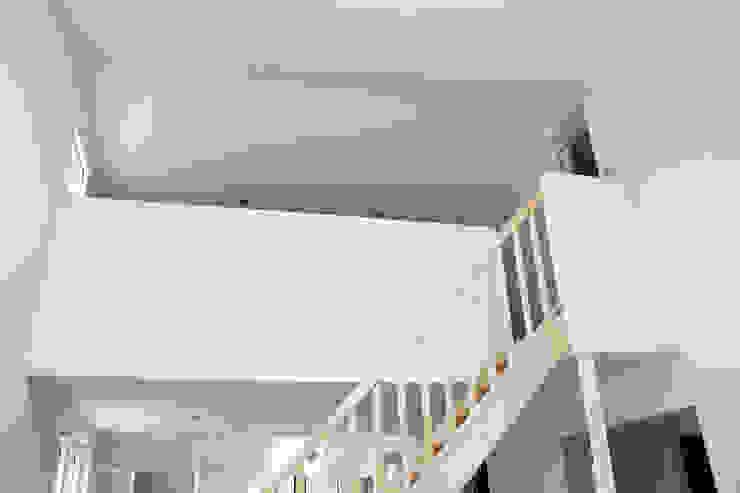 MAISON EYS Couloir, entrée, escaliers modernes par BIENSÜR Architecture Moderne