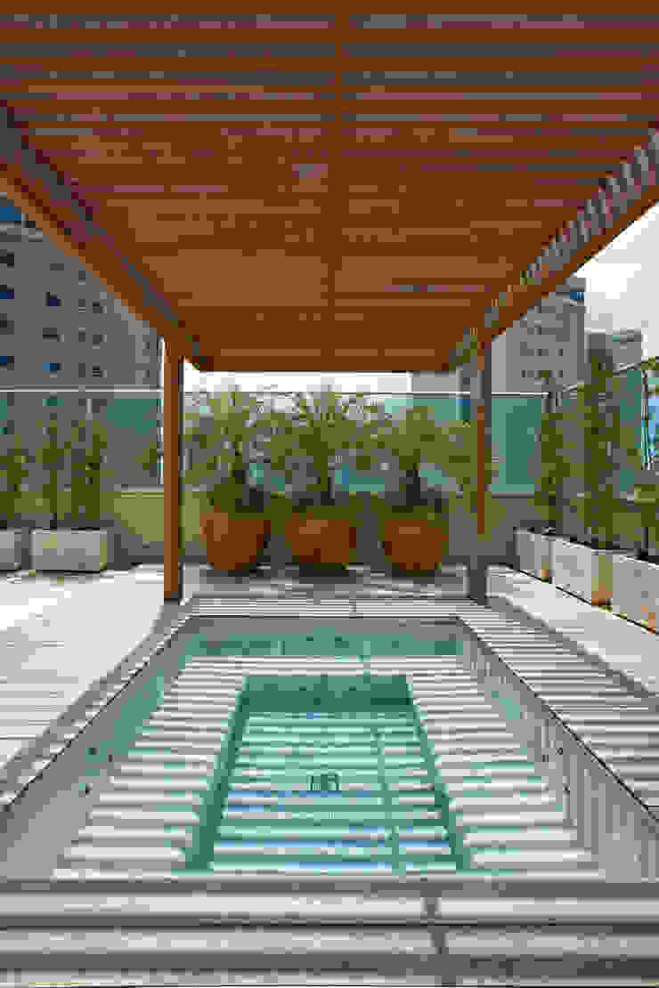 Saint Thomas – Cobertura Belvedere:  tropical por Anaíne Vieira Pitchon Arquitetura e Interiores ,Tropical