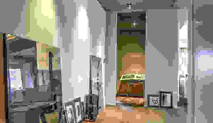 Pasillos, vestíbulos y escaleras modernos de cristina zanni designer Moderno