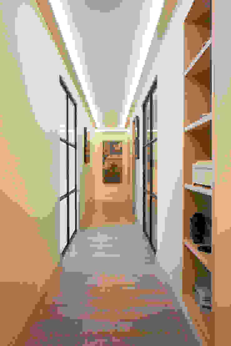 Interioristas y decoradores en Valencia Pasillos, vestíbulos y escaleras de estilo moderno de Estatiba construcción, decoración y reformas en Ibiza y Valencia Moderno